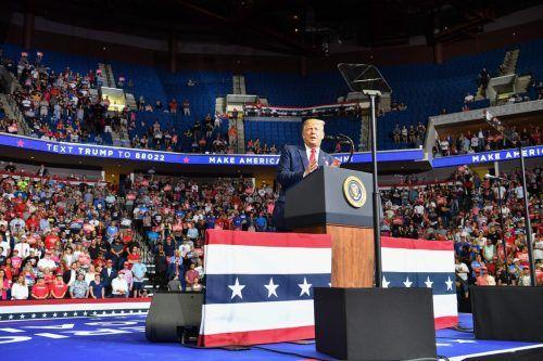 Bei Donald Trumps Wahlkampfveranstaltung in Tulsa im Juni blieben die oberen Reihen im Stadion leer - anscheinend aufgrund einer TikTok-Aktion. AFP