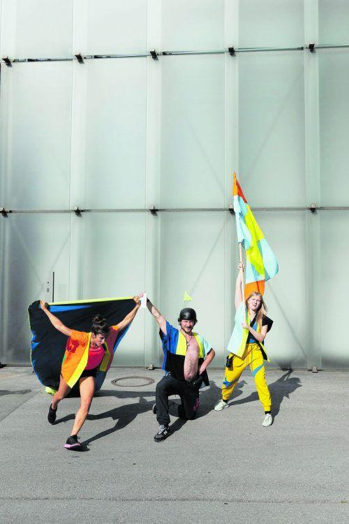 Beim Flaggenrundgang setzen die Tänzerin Silvia Salzmann sowie Vivienne Causemann und Felix Defèr vom Landestheater performative Akzente.Tödtling, Mistura