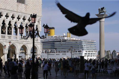 Blick vom Markusplatz auf ein Kreuzfahrtschiff im Jahr 2019: Die Reedereien meiden die Lagunenstadt in diesem Jahr. Die Hafengewerkschaft sieht 5000 Jobs gefährdet. Ap