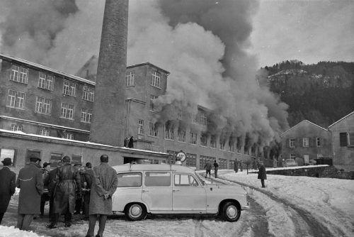 Brand in der Chemischen Fabrik Schnebeli in der Lindauer Straße in Bregenz, 20. 2. 1963. Ein explosionsartiger Brand im Chemikalienlager der Firma Schnebeli in Lochau verursachte einen Sachschaden von 10 Millionen Schilling. Tragischerweise starb beim Löscheinsatz ein Feuerwehrmann, der vermutlich einen Herzschlag erlitten hatte.Rudolf Zündel (VN), Oskar Spang, Stadtarchiv Bregenz, Vorarlberger Landesbibliothek