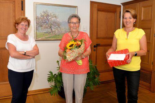 Bürgermeisterin Andrea Kaufmann ehrte stellvertretend für alle 80-jährigen Dornbirner Erna Fritz im Rathaus.Stadt