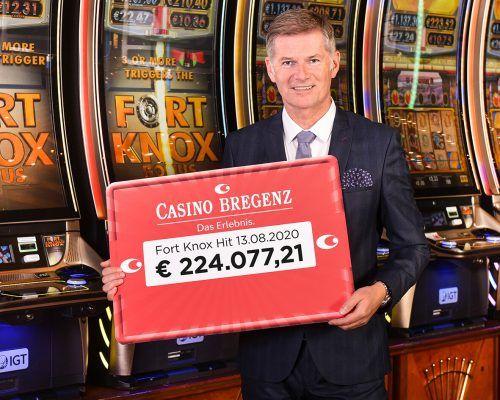 Casino-Bregenz-Direktor Bernhard Moosbrugger freut sich, dass er den Gewinnscheck der jungen Frau übergeben kann. Mittelberger