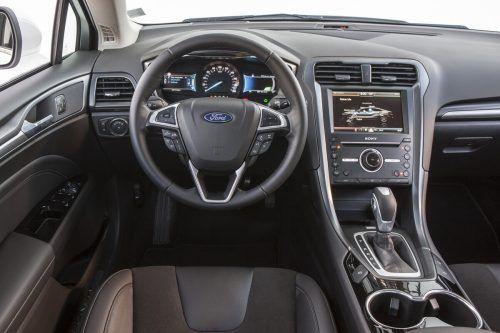 Cockpit: zentrierte und auf den Fahrer konzentrierte Instrumente.