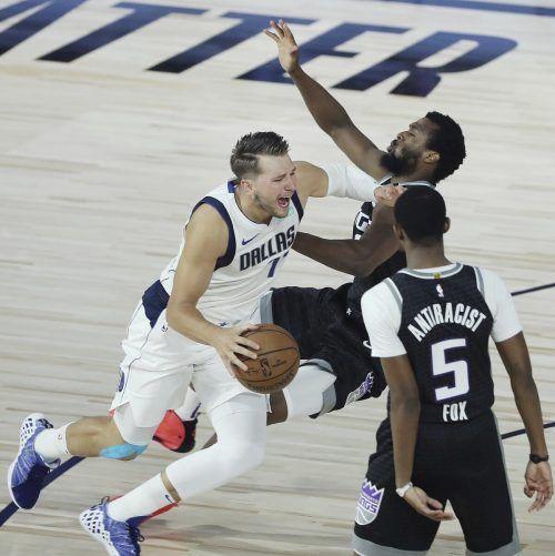 Dallas-Star Luka Doncic pflügt sich durch die Abwehr von Sacramento. ap