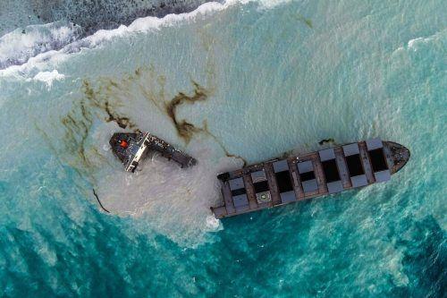 Das 300 Meter lange Schiff aus Japan ist auseinandergebrochen. afp