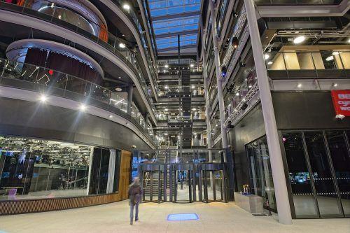 Das BBC-Gebäude beeindruckt mit einer Eingangshalle, die sogleich den Blick auf fünf Stockwerke freigibt. zumtobel