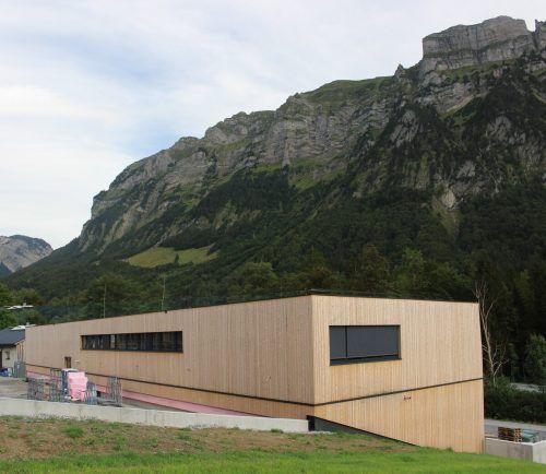 Das Betriebsgebäude am Fuße der eindrucksvollen Kanis wurde in Etappen bezogen, und mit Übersiedlung der Büros ist der Firmenstandort jetzt Schnepfau.stp/2