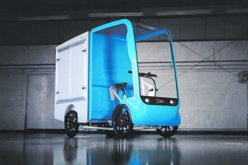Das britische Start-up EAV (Electric Assisted Vehicle) hat mit dem 2Cubed Ecargo ein neues Lastenrad im Kleintransporter-Format vorgestellt. Das nunmehr seriennahe E-Bike mit Kofferaufbau soll das Transportwesen in den Städten umweltfreundlicher machen. Als zulässiges Gesamtgewicht des auf vier Rädern stehenden Ecargos nennt EAV 380 Kilogramm. Die Nutzlast ist auf 150 Kilogramm taxiert.