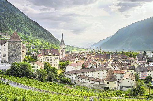 Das Erlebnisprogramm startet in Chur, wo Bernhard Tost und Orlando Fetz die Ausflügler durch die geschichtsträchtige Altstadt führen.chur tourismus