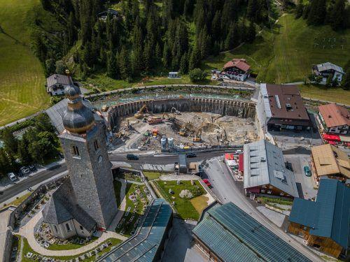 Das im Bau befindliche Gemeindezentrum Lech dürfte wohl noch länger für Debatten in Land und Gemeinde sorgen. VN/'Steurer