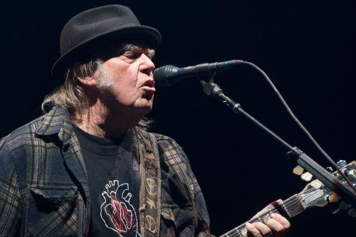 """Dem Sänger Neil Young wurde das wohl zu viel: US-Präsident Donald Trump auf einer großen Bühne, dazu der Freiheitssong """"Rockin' In The Free World"""". AFP"""