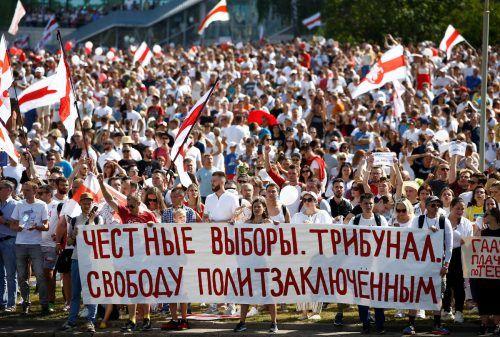 Demonstranten fordern in Minsk auf einem Transparent faire Wahlen und Gerichte sowie Freiheit für politische Gefangene. Reuters