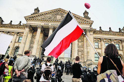 Demonstranten mit Kriegsfahne auf der Treppe des Reichstags in Berlin.dpa