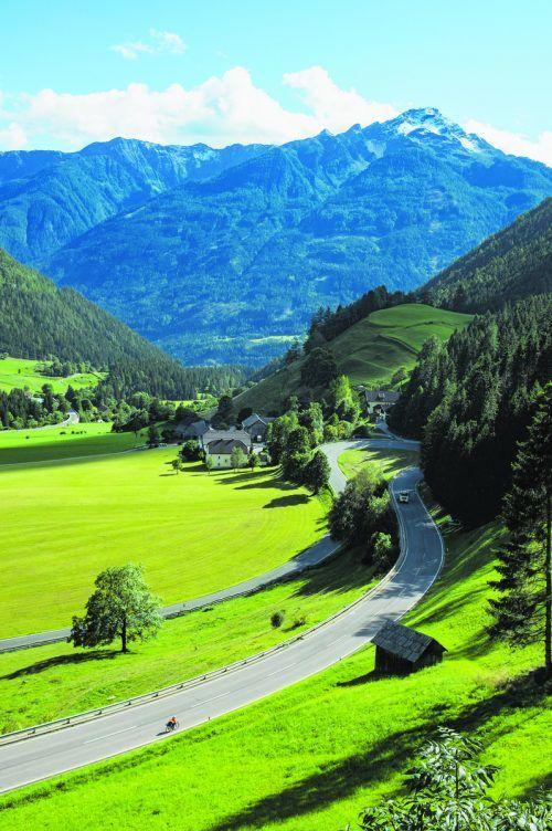 Der Alpe Adria Radweg ist abwechslungsreich. Mal geht es gerade dahin, mal gibt es ordentliche Steigungen. Shutterstock (6)