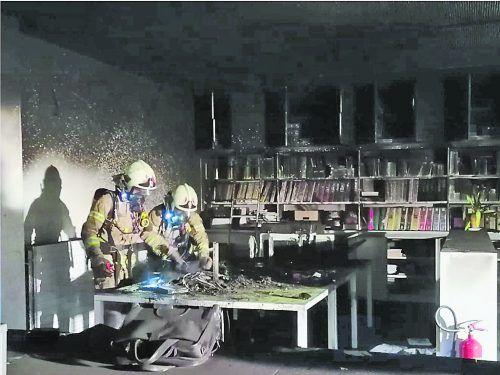 Der Atemschutztrupp konnte den Brandherd im Konferenzraum des Schulgebäudes lokalisieren.FEUERWEHR HÖCHST