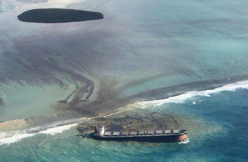 Der Frachter liegt auf einem Riff inmitten einer Lagune. In der Nähe befinden sich mehrere Schutzgebiete, darunter ein Marinepark und eine kleine Insel. AP