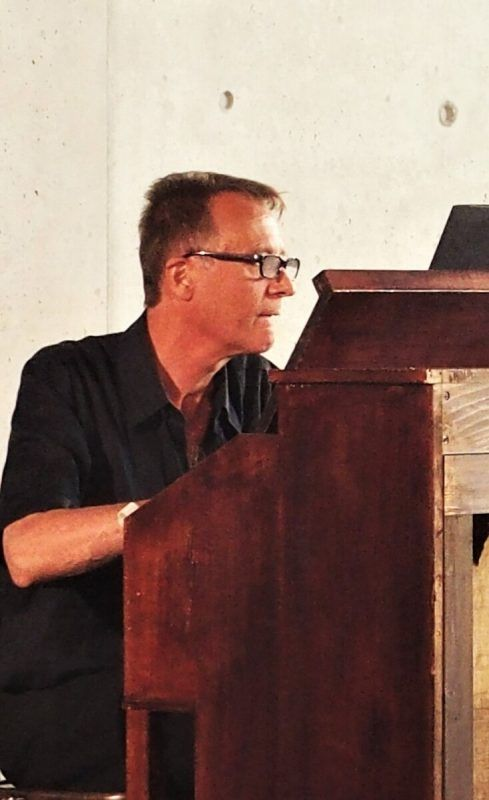 Der Komponist Gerald Futscher hat wieder das Harmonium aktiviert.