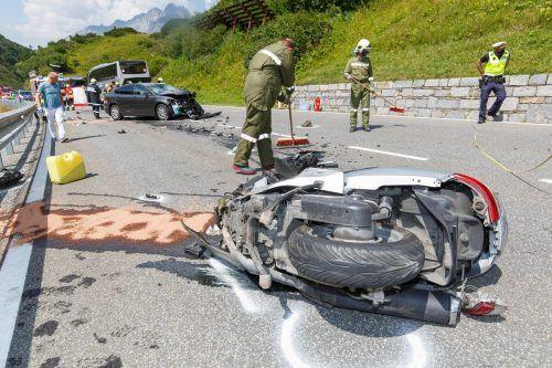 Der Lenker des Motorrads wurde so schwer verletzt, dass er noch am Unfallort verstarb. hofmeister
