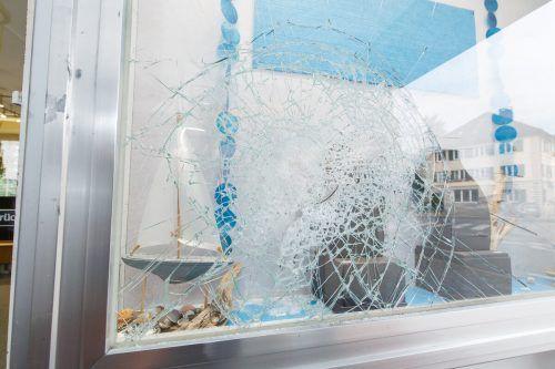 Der noch flüchtige Täter hatte die Schaufensterscheibe des Juweliergeschäftes eingeschlagen. Hofmeister