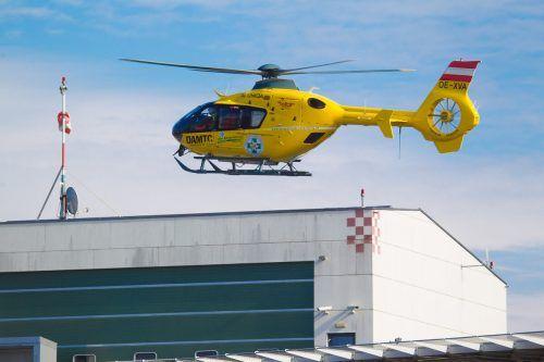 Der verletzte Junge wurde mit dem ÖAMTC-Hubschrauber C 8 zum Landeskrankenhaus Feldkirch geflogen, wo er am Sonntag verstarb. hofmeister