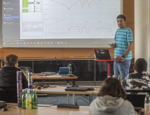 Der Vortragende Goran Tomas erklärte am Dienstag den Sommercamp-Teilnehmern, wo die Softwareentwickler bei Omicron zum Einsatz kommen. VN/PauliTsch