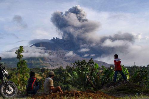 Der Vulkan Sinabung auf Sumatra spuckt seit Montag Asche und Rauch. AFP