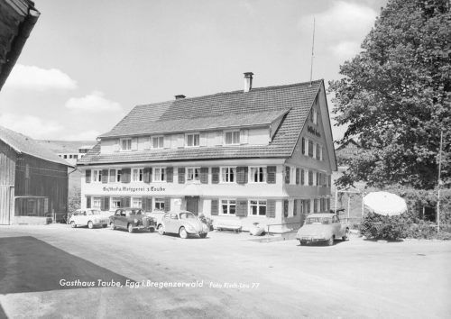 Der wahrscheinliche erste Wirt des Gasthauses Taube in Schruns war Sebastian Zumkeller. Ab 1921 waren Paul und Auguste Nels die Besitzer, wobei sie die Seele des Betriebes war. Immer in Tracht gekleidet, bewirtete sie ganzjährig ihre Gäste.