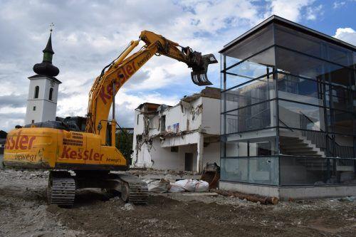 Die Abbrucharbeiten an der Volksschule in Hittisau sind derzeit in vollem Gange.  ME/2