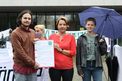 Die Aktivisten übergaben Kaufmann ihre Forderungen. FFF