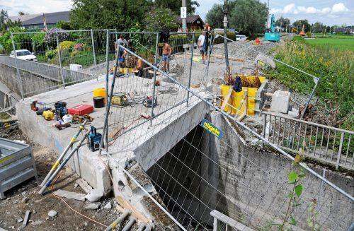 Die Bahnbrücke über die Erlachstraße in Hard wird verbreitert. ajk/3