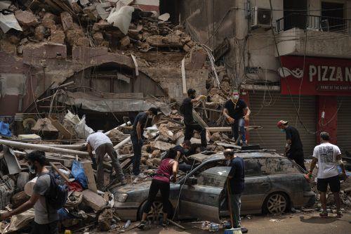 Die Bergungsarbeiten in den Trümmern des Beiruter Hafens kommen nur langsam voran. Mittlerweile sind auch internationale Helfer im Einsatz. AP