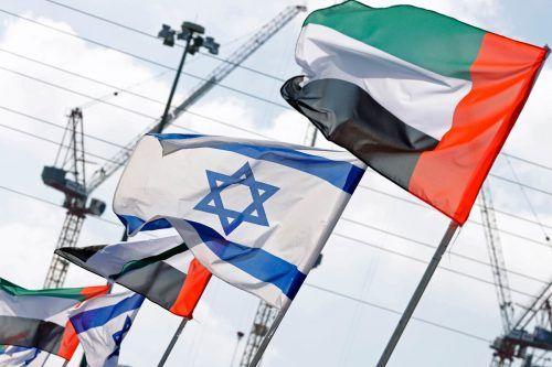 Die Fahnen der Vereinigten Arabischen Emirate und Israels wehen in der israelischen Küstenstadt Netanya nebeneinander. AFP
