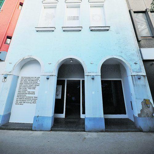 Die Fassade wird von einem Gedicht von Tabea Briggs verziert.