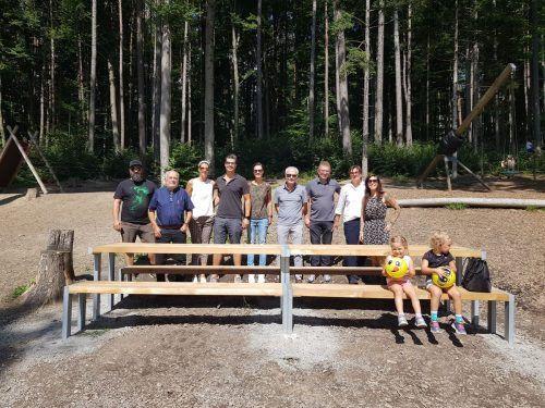 Die Gönner des Wildparks, die viele Erneuerungen ermöglicht haben, wurden zu einer kleinen Feier bei den neuen Sitzgelegenheiten eingeladen. Wildpark