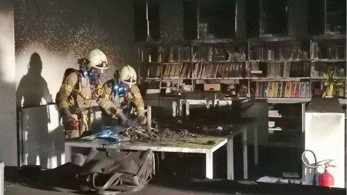 Die Höchster Feuerwehr bei ihrem Einsatz nach dem Brand und den Sachbeschädigungen.feuerwehr Höchst