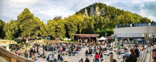 Die Holzterrasse im Feldkicher Reichenfeld-Areal wird nicht nur für Konzerte genutzt, auch das Literarische kommt nicht zu kurz. Poolbar/Eva Sutter