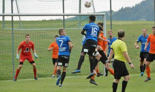 Die in Orange spielende Admira Dornbirn kam gegen die Bregenzwälder nur zu einem späten Anschlusstreffer und verlor 1:3.cth
