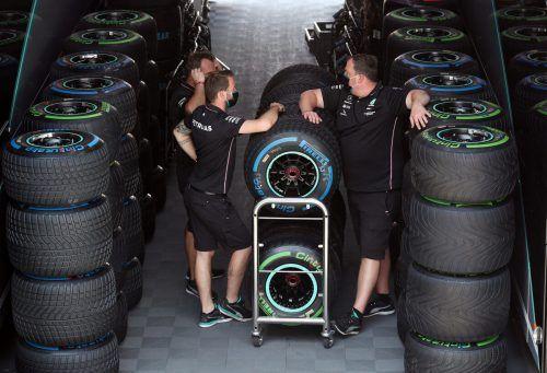 Die Ingenieure von Mercedes haben nach dem Gummi-Debakel der beiden Silberpfeil-Boliden in Silverstone bei der Wahl der Reifen Kopfweh.Reuters