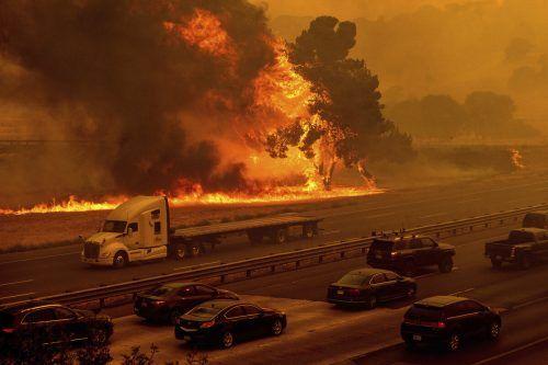 Die Interstate 80 bei Vacaville wurde gesperrt, nachdem die Flammen näherrückten. AP
