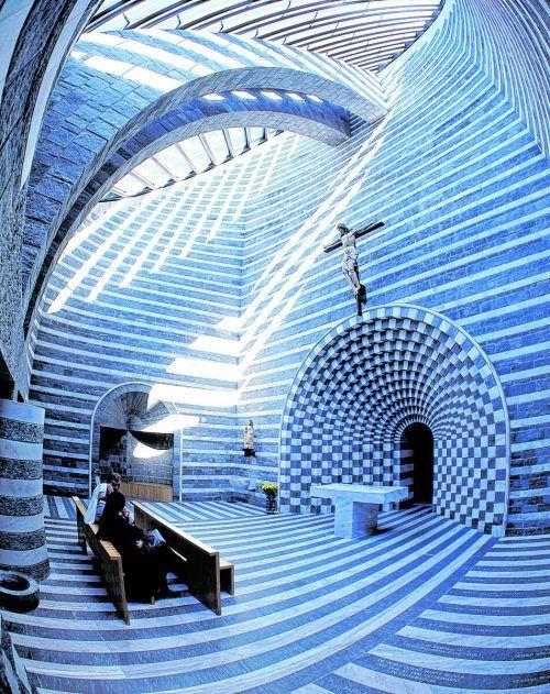 Die Kirche sticht durch ihre Architektur hervor.Schweiz Tourismus/Christof Sonderegger
