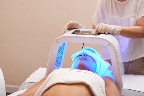 Die Lichttherapie kann bei verschiedensten Hauterkrankungen gute Dienste im Sinne des Patienten leisten.adobestock