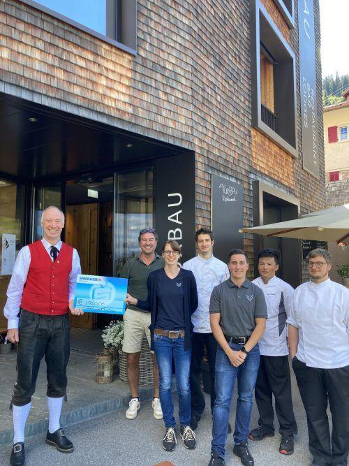 Die Mitarbeiter des Fuxbaus in Stuben überreichten den Spendenscheck in Höhe von 1300 Euro an Harmoniemusik-Obmann Klaus Strommer.Fuxbau