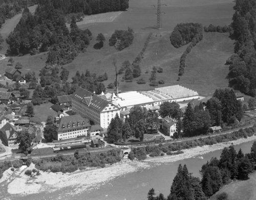 """Die """"Obere Fabrik"""" ist eine markante Anlage, die das Ortsbild von Kennelbach bis heute prägt."""