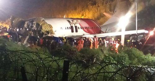 Die Passagiermaschine mit rund 185 Insassen an Bord nach der Bruchlandung. AFP