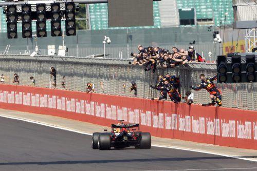 Die Red-Bull-Mannschaft jubelt mit Max Verstappen, der Niederländer nutzte beim Grand Prix in Silverstone den Reifenvorteil gegenüber Konkurrent Mercedes. ap