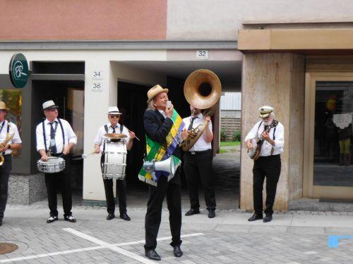 Die STB Dixie Train Marching Band mit Markus Linder sorgte für New-Orleans Stimmung in der Emser Innenstadt.mima
