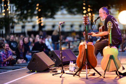 Diese Stimme umfasste auch ein weitläufiges Areal: Der britische Singer-Songwriter Fink beim Poolbar-Festival in Feldkirch. M. Rhomberg