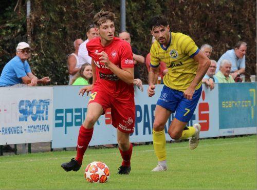 Dominik Fessler (rechts) schoss nicht nur das erste Tor der neuen VN.at-Eliteligasaison, der VfB-Spieler hält derzeit schon bei drei Treffern.Knobel