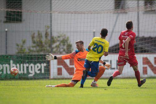 Dreifacher Torschütze für Wolfurt: Idiano Lima Rosa Dos Santos gegen Goalie Raphael Zwischenbrugger.