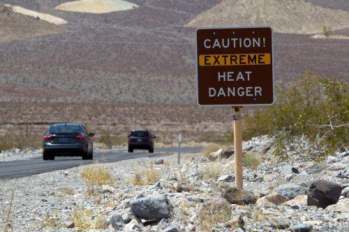Ein Hinweisschild warnt die Besucher des Death Valley-Nationalparks vor den hohen Temperaturen. Es ist der heißeste, trockenste Ort in den USA. reuters